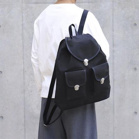 黒 × 黒 / モデル: 180 cm